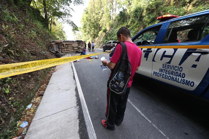 El accidente ocurrió en el km 196 de la ruta entre Retalhuleu y Quetzaltenango. (Foto Prensa Libre: Mynor Toc)