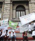 La lucha por el incremento salarial llevo a los profesionales de la salud a presentar sus demandas ante el Congreso de la República, durante varios días. (Foto Prensa Libre. Hemeroteca PL)