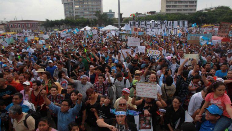 Los guatemaltecos desencantados con el actuar de la clase política y la corrupción incrustada en el Estado los llevó a protestar en la Plaza de la Constitución en el 2015.  (Foto Prensa Libre: Hemeroteca PL)