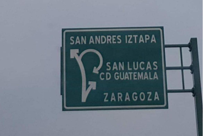 En el libramiento de Chimaltenango se colocó una señal que indica el camino hacia San Andrés, pero en lugar de escribir Itzapa dice Iztapa. (Foto Prensa Libre: Cortesía)