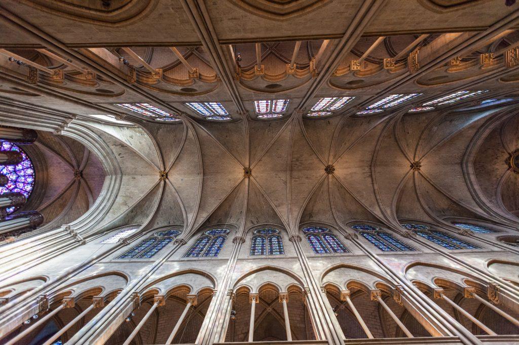 Una vista de la nave central de la Catedral de Notre Dame. Foto Prensa Libre: Shutterstock