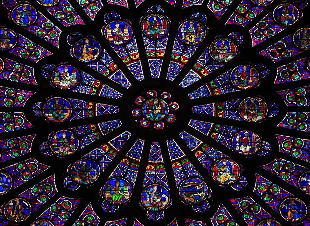 La famosa ventana de la Rosa del Norte dentro de la Catedral de Notre Dame. Foto Prensa Libre: Shutterstock
