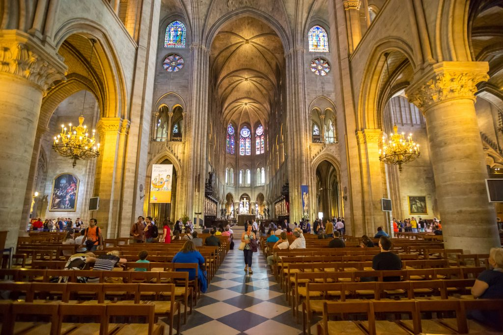 Así se podía apreciar el interior de la Catedral en Francia. Foto Prensa Libre: Shutterstock