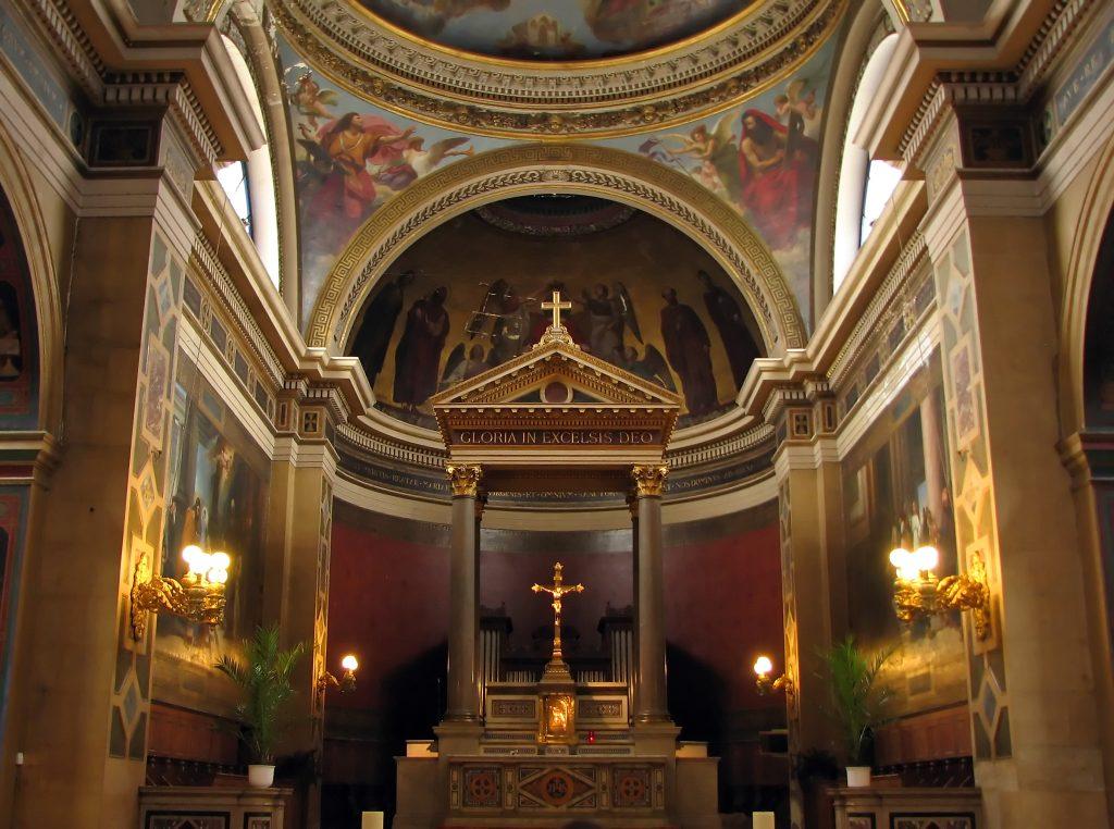 La Catedral tiene más de 100 metros de altura y en sus bóvedas se pueden observar pinturas. Foto Prensa Libre: Shutterstock