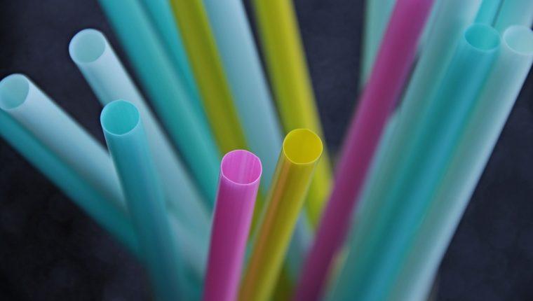Durante el verano se incrementa el uso de productos plásticos desechables, lo que genera grandes cantidades de contaminación. (Foto Prensa Libre: Servicios)