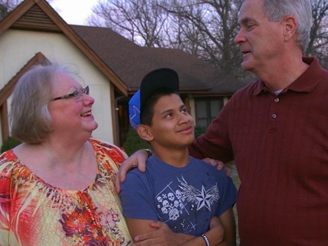 John Smith, con sus padres, Joyce y Brian. A los 14 años, el joven originario de Guatemala, sobrevivió de forma milagrosa. (Foto Prensa Libre, tomado de nydailynews.com)