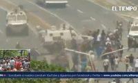 Momento en que la tanqueta arrolla a manifestantes opositores.