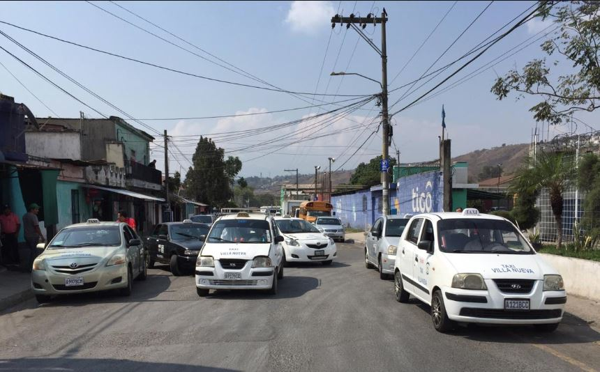 Taxistas se reúnen en la zona 4 de Villa Nueva para iniciar marcha pacífica hacia el Ministerio de Gobernación, zona 1 capitalina. (Foto Prensa Libre: Cortesía de La Red)
