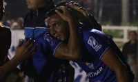 Gerson Tinoco es felicitado después de anotar el gol del triunfo para Cobán. (Foto Prensa Libre: Eduardo Sam).