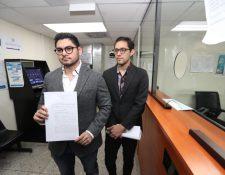 Dirigentes del Movimiento Cívico Nacional presenta el recurso contra los tránsfugas en la CSJ. (Foto Prensa Libre: Esbin García)