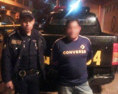 Juan Gómez Cabrera, de 43 años, fue sorprendido por la Policía cuando abusaba de una menor de edad. (Foto Prensa Libre: PNC)