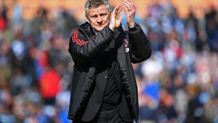 Ole Gunnar Solskjaer aplaude a los aficionados después de que el Manchester United quedó eliminado de la próxima Liga de Campeones de Europa. (Foto Prensa Libre: AFP)