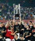 Los jugadores del Valencia celebran después de ganar la Copa del Rey frente al Barcelona. (Foto Prensa Libre: AFP)