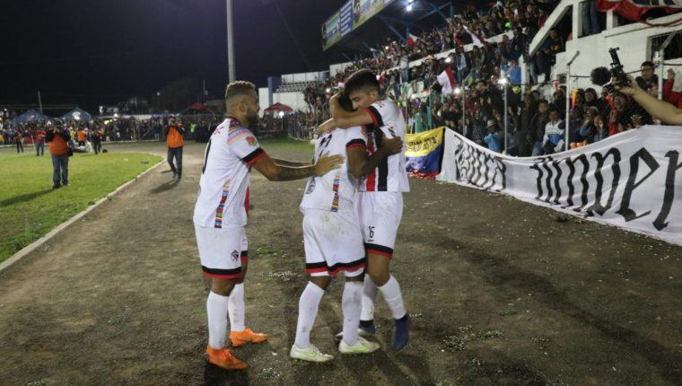 El conjunto quichelense tuvo una noche inspirada en el Municipal de Santa Cruz, contra Mixco. (Foto Prensa Libre: Héctor Cordero)