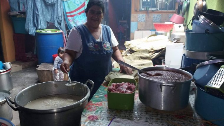 Las familias guatemaltecas suelen celebrar con mucha comida tradicional los cumpleaños de los miembros. (Foto: Hemeroteca PL)