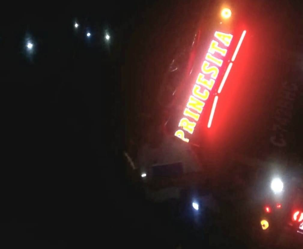 El autobús cayó a una hondonada. (Foto Prensa Libre: Bomberos Municipales Departamentales)
