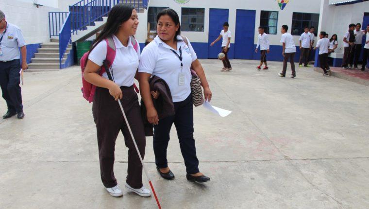Merlin Daniela Quino, estudiante del INEB La Arenera, zona 21, quien padece discapacidad visual, aprende a utilizar el bastón. (Foto Prensa Libre: Cortesía)