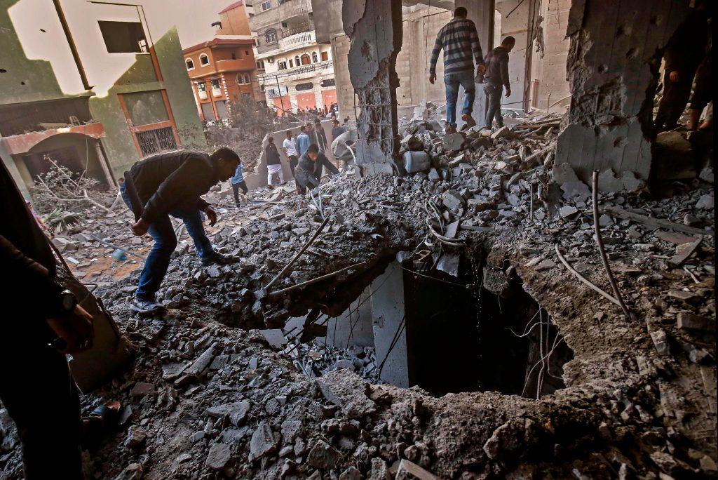 Los palestinos verifican el daño en un edificio destruido después de los ataques aéreos israelíes, atacando a Rafah en el sur de la Franja de Gaza. Foto Prensa Libre: AFP