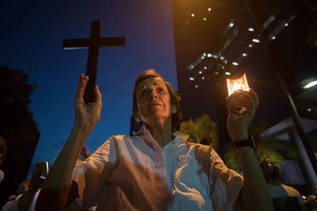 Cientos de personas participan en una vigilia en homenaje a los caídos en las manifestaciones del 30 de abril y 1 de mayo en Caracas (Venezuela). Foto Prensa Libre: EFE