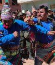 Indígenas bolivianos de Potosí participan en una pelea tradicional de la fiesta de la Cruz este sábado, en San Pedro de Macha (Bolivia). Puñetazo a puñetazo, unas gotas de sangre riegan la Pachamama, la Madre Tierra, en una de las tradiciones milenarias más singulares de Bolivia. Foto Prensa Libre: EFE