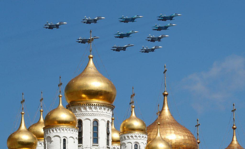 Aviones rusos Sukhoi Su-34, supersónico de medio alcance, caza-bombardero de rango medio y el Su-30SM multiusos de combate vuelan sobre el Kremlin durante el ensayo para un desfile militar en la Plaza Roja de Moscú, Rusia. Foto Prensa Libre: EFE