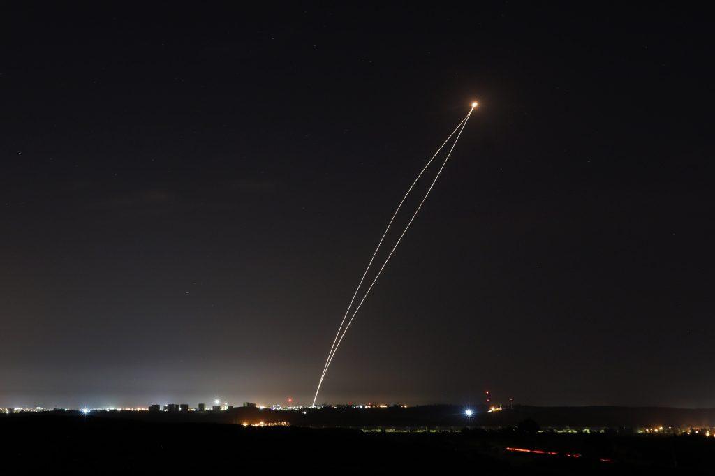 Un cohete disparado desde Gaza es interceptado por un sistema de defensa antimisiles israelí Iron Dome, visto desde Sderot, Israel. Foto Prensa Libre: EFE