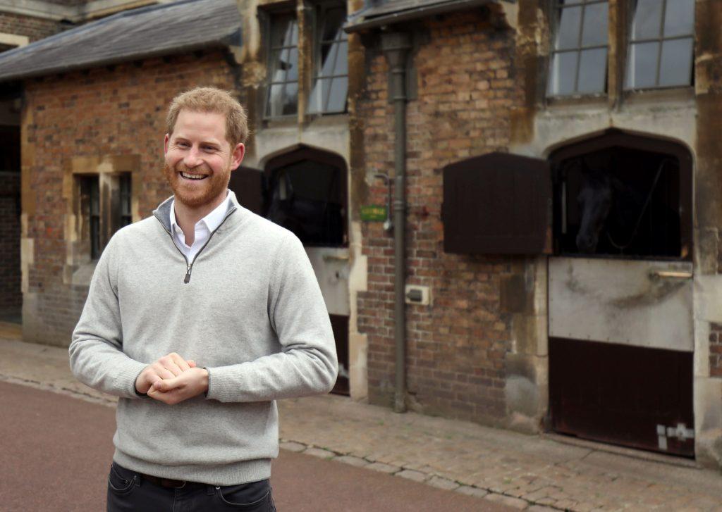 """El príncipe británico Harry, duque de Sussex, habla a los medios de comunicación en el Windsor Castle en Windsor, al oeste de Londres, el 6 de mayo de 2019, luego del anuncio de que su esposa, la británica Meghan, duquesa de Sussex, dio a luz un hijo . - Meghan Markle, la duquesa de Sussex, dio a luz el lunes a un niño """"muy saludable"""", anunció el Príncipe Harry. """"Estamos encantados de anunciar que Meghan y yo tuvimos un bebé temprano esta mañana, un niño muy sano"""". Foto Prensa Libre: AFP"""