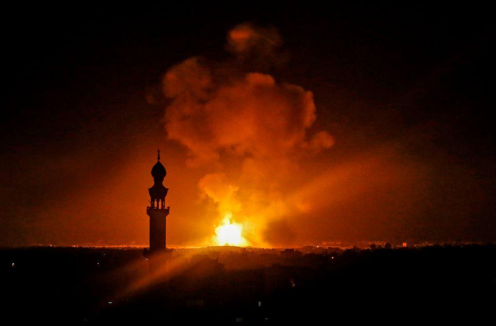 La imagen tomada en Rafah, en el sur de la Franja de Gaza, el 5 de mayo de 2019, muestra una explosión a raíz de un ataque aéreo. Foto Prensa Libre : AFP