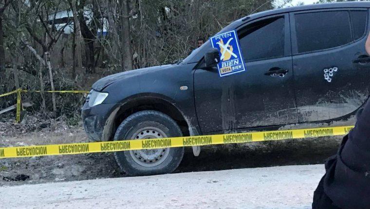 El vehículo donde viajaban las víctimas quedó a la orilla del camino con varios balazos visibles. (Foto Prensa Libre: Tomada de redes sociales)