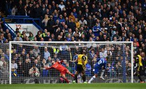 El mediocampista inglés del Chelsea, Ruben Loftus-Cheek (2R), marca el primer gol más allá del portero inglés Ben Foster (L) de Watford durante el partido de fútbol de la Premier League inglesa entre Chelsea y Watford en el Stamford Bridge de Londres. Foto Prensa Libre: AFP