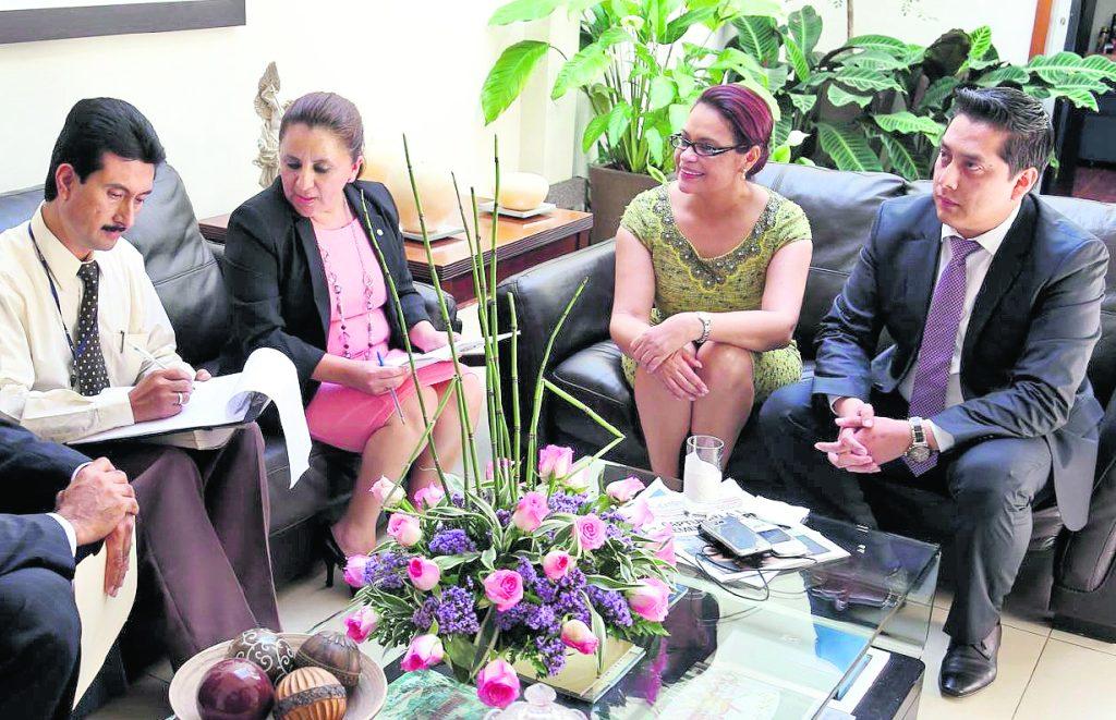 El 7 de mayo de 2015, la ex vicepresidenta Roxana Baldetti reapareció ante las cámaras para comparecer ante una jueza después de dos semanas de estar fuera de actividades públicas. Foto Prensa Libre