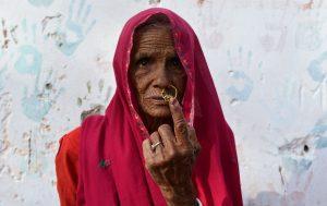 Una mujer india posa para una foto mientras muestra su dedo marcado con tinta después de emitir su voto durante las elecciones generales de la India en la aldea Kapoorawala, en Sanganer, en las afueras de Jaipur. Foto Prensa Libre: AFP