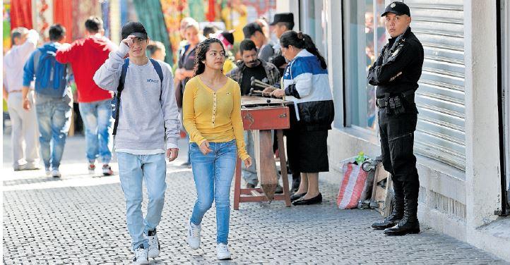 La Policía Nacional Civil asegura que se han reducido los asaltos a peatones en la zona 1, pero vecinos señalan que persiste la inseguridad. (Foto Prensa Libre: Carlos Hernández)