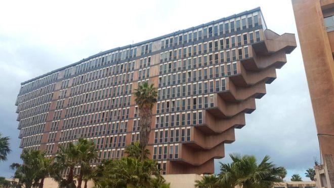 El Hotel du Lac, en la capital tunecina, que podría demolerse.  (FOTO: MOHAMED ZITOUNI)