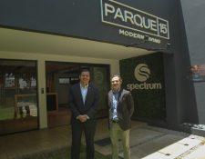 Jorge Valdéz, gerente de comercialización regional de vivienda, y Carlos Cassera, gerente de desarrollo de Spectrum, presentaron el nuevo proyecto. Foto Norvin Mendoza