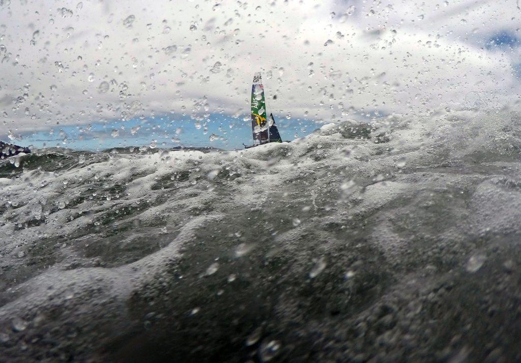 El equipo australiano SailGP compite con su catamarán F50 durante las carreras SailGP en la Bahía de San Francisco en San Francisco, California, Estados Unidos. Foto Prensa Libre: AFP