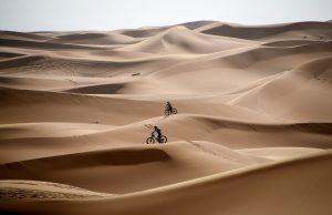 Los competidores viajan en bicicleta por las dunas de arena durante la Etapa 1 de la 14ª edición de la carrera de ciclismo de montaña Titan Desert 2019 alrededor de Merzouga en Marruecos. Foto Prensa Libre: AFP