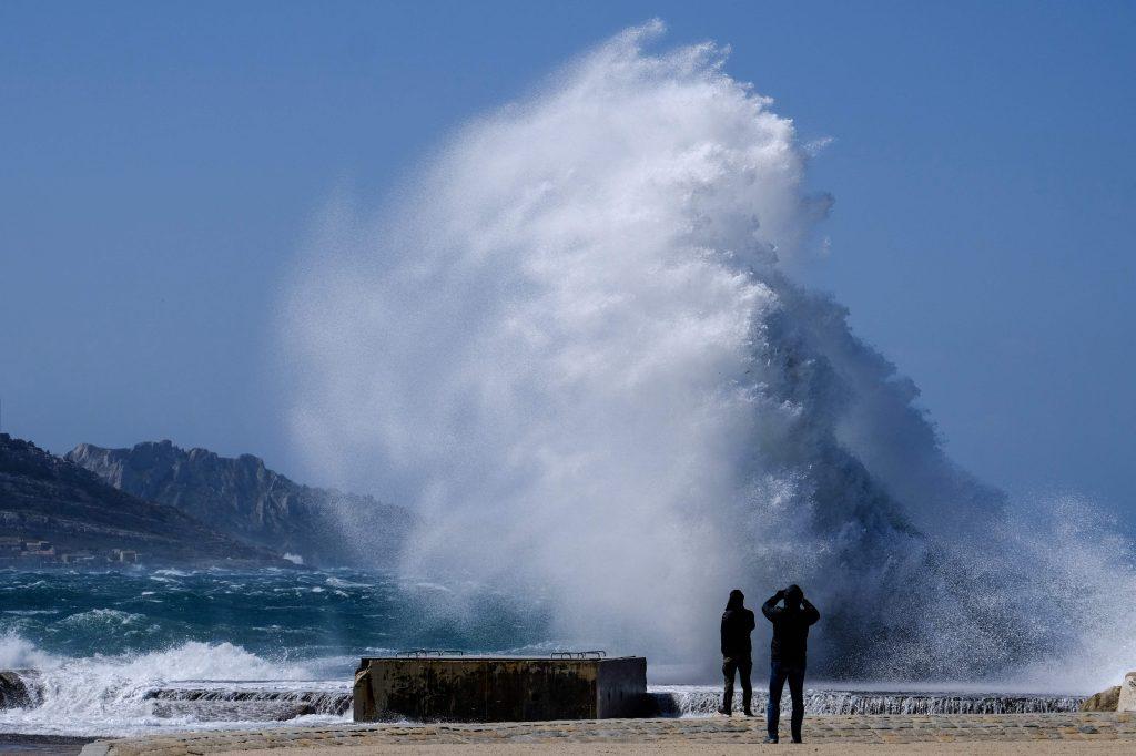 La gente mira las fuertes olas que azotan la costa en la playa Plage du David en el centro de Marsella, mientras la tormenta Eleanor golpea las partes del sur de Francia. Foto Prensa Libre: AFP