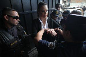 En Junio de 2017 durante una discusión con una agente del Sistema Penitenciario, Roxana Baldetti muestra las esposas y pide que se le quiten debido a que tiene un cateter en la muñeca. Foto Prensa Libre