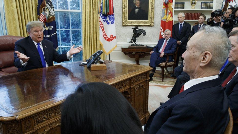 El presidente de Estados Unidos, Donald Trump, con el principal funcionario de comercio de China, el viceprimer ministro Liu He. EPA