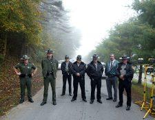Agentes del orden esperan frente al Campo de Prisión Federal Alderson, donde Martha Stewart se entregó para cumplir una sentencia de cárcel el 8 de octubre de 2004. (GETTY IMAGES)