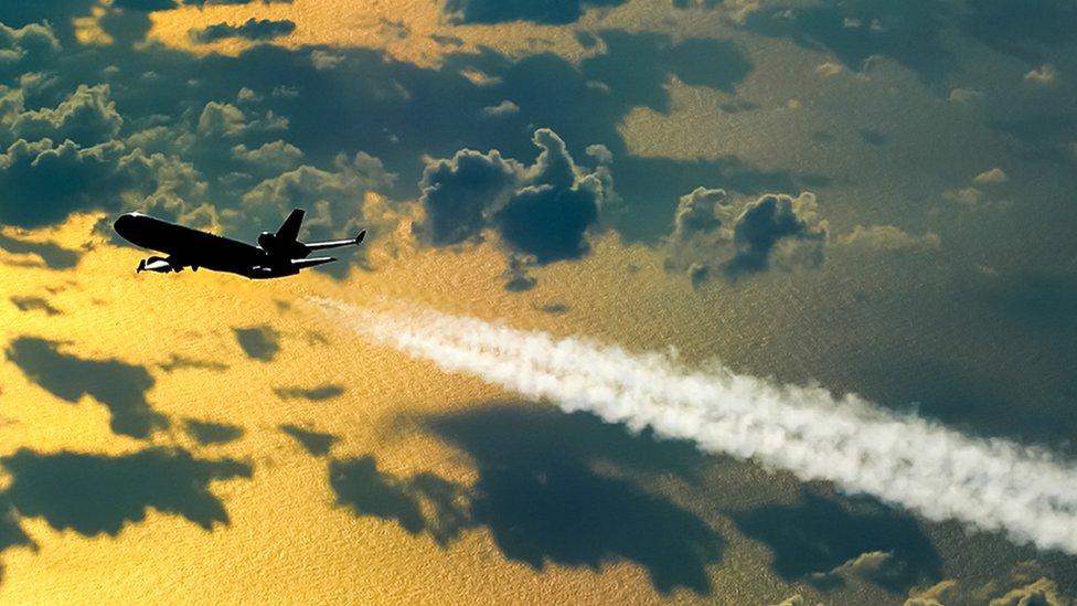 ¿Cómo pueden las aerolíneas reducir sus emisiones de carbono si el transporte aéreo continúa creciendo tan rápido?