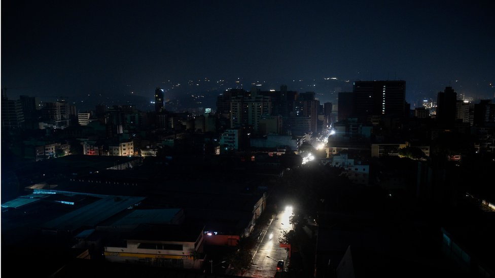Los apagones han empeorado las circunstancias de por sí difíciles en Venezuela. (GETTY IMAGES)
