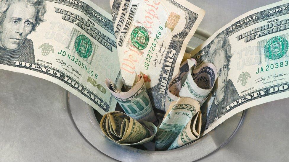 La falacia del costo hace que una persona siga perdiendo dinero aunque no sea una decisión racional. (GETTY IMAGES)