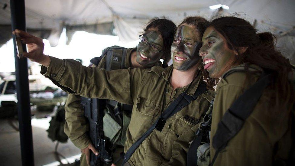 El ejército israelí es una importante escuela de formación para la juventud de Israel, sostiene Paul Danahar, editor de la BBC en Washington.