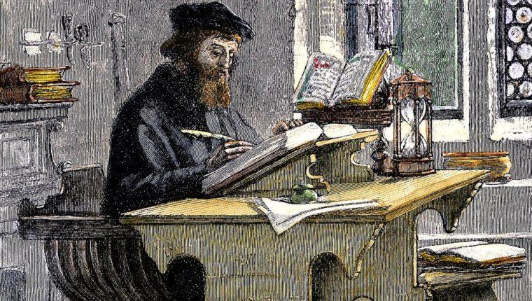 No parece una ocupación muy peligrosa. Lo que John Wycliffe está haciendo es sólo traducir la Biblia del latín al inglés... GETTY IMAGES