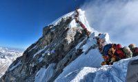 La imagen compartida por un montañista de la expedición Nirmal Purja's Project Possible muestra la fila de personas esperando turno para alcanzar la cima del Monte Everest.