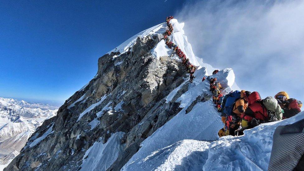 Atasco en el Everest: el día en que hubo que hacer fila para alcanzar la cima de la montaña más alta del mundo