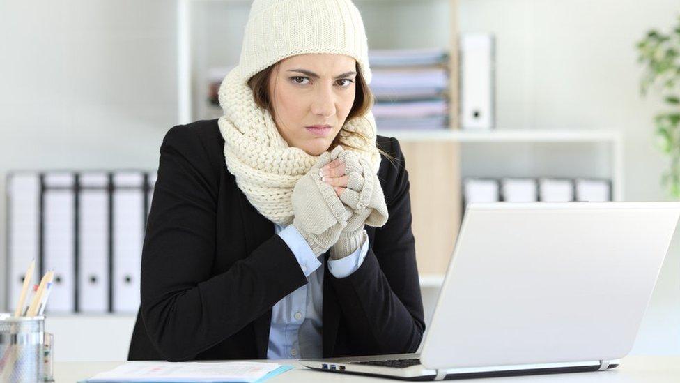 Cómo la baja temperatura en la oficina afecta la productividad de las mujeres