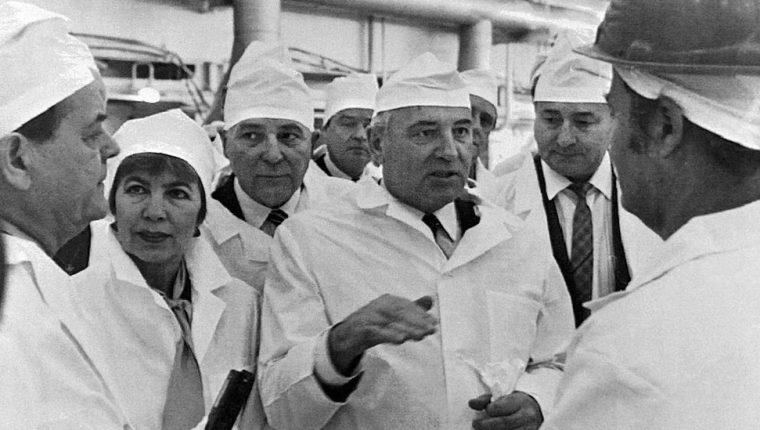 El expresidente soviético Mijaíl Gorbachov (dcha) y su esposa Raisa Gorbacheva (segunda a la izda) visitaron la planta nuclear en febrero de 1989, poco antes del desastre.